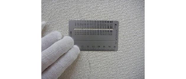 クラックスケールで外壁のひび割れを測定